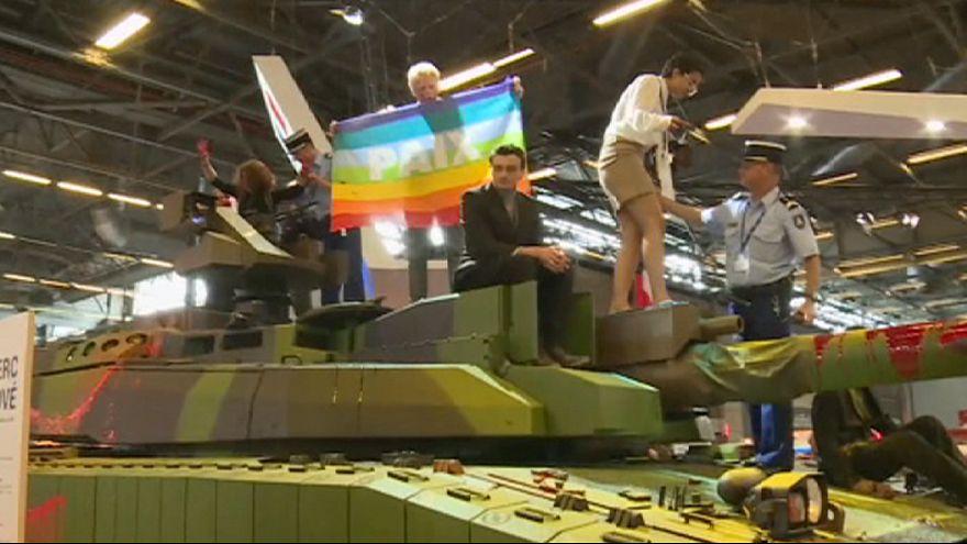 Békeharcosok zavarták meg a haditechnikai bemutatót Párizsban