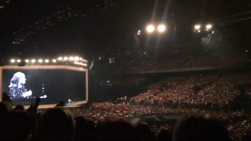 Adele sírva nyitotta meg koncertjét Antwerpenben