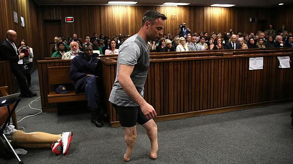 Pistorius removes prosthetic legs in court