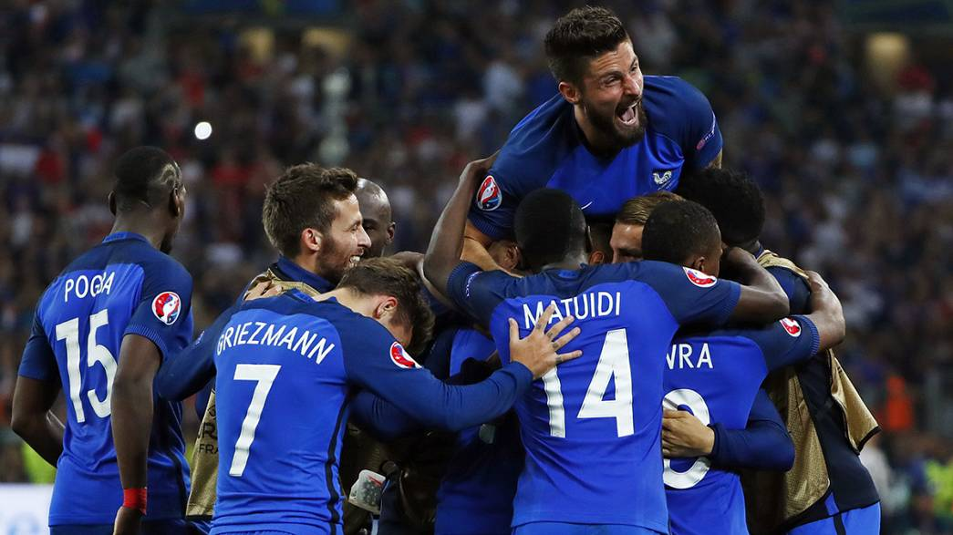 يورو2016: فرنسا أول بلد يتأهل إلى الدور ثمن النهائي بعد فوزه على ألبانيا بهدفين نظيفين...و سلوفاكيا تصعق روسيا بهدفين لهدف، فيما رومانيا يخيب أملها بعد تعادلها مع سويسرا بهدف لمثله