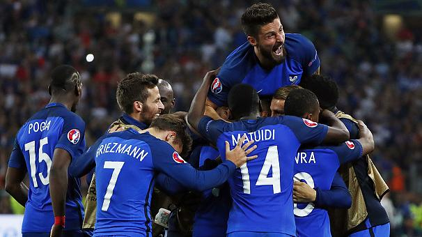 Euro 2016: Last-gasp victory sends France through to knockout phase