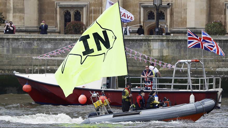 Defensores do Brexit descem Tamisa em barcos de pesca