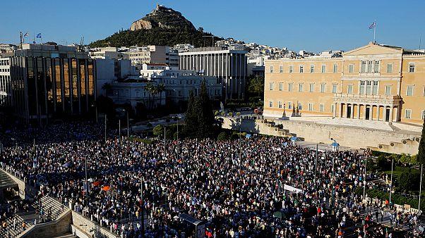 Tsipras face aux manifestants et une chute de popularité