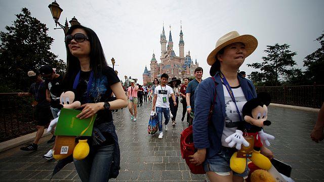 Çin'de kurulan ilk Disneyland kapılarını ziyaretçilere açtı.