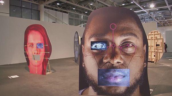 منحوتات وإسقاطات ضوئية وعروض حية في معرض بازل للفن المعاصر