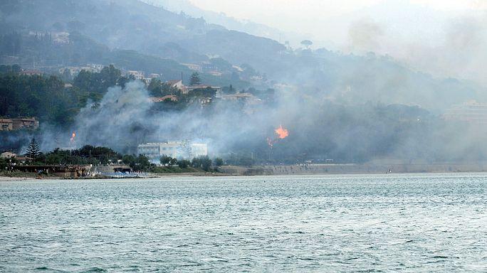 Sicilya Adası'ndaki yangın yerleşim yerlerini tehdit ediyor