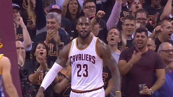 """""""Кливленд"""" победил """"Голден Стэйт"""" и сравнял счет в финальной серии плей-офф НБА"""