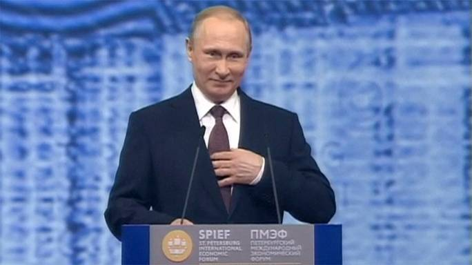 Junker and Putin talk in St Petersburg