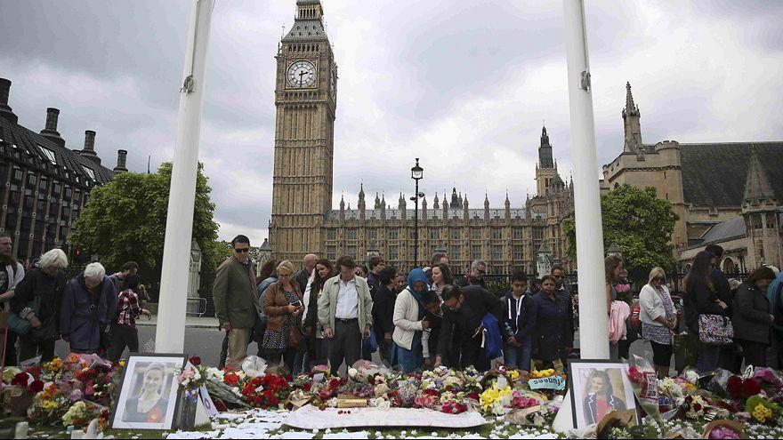 Reino Unido: família de deputada assassinada participa em homenagem emotiva
