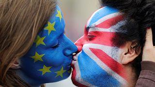 Brexit: campagna referendaria nel segno di Jo Cox, bufera su Nigel Farage