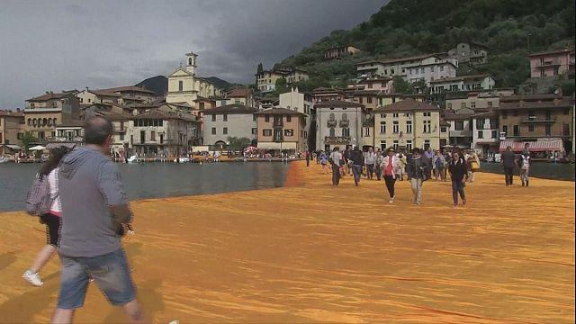 Le rêve de marcher sur l'eau réalisé par l'artiste Christo en Italie