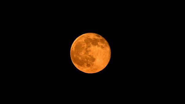 Miles de personas han celebrado la luna de fresa y el solsticio de verano
