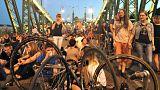 Fürtökben lógnak a piknikezők a Szabadság hídon