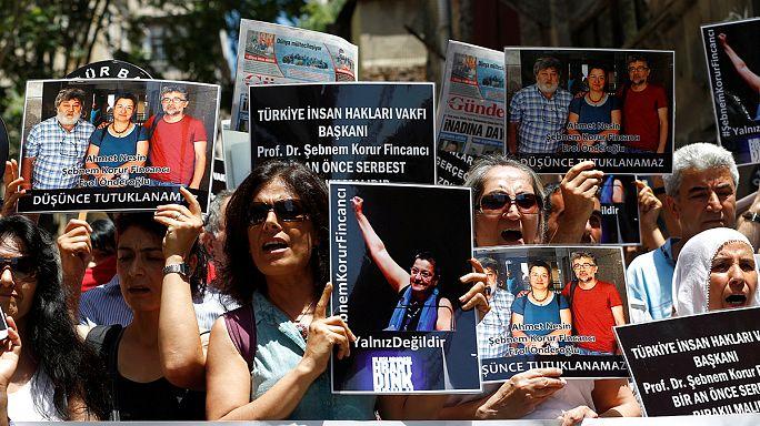 تظاهرة في إسطنبول احتجاجاً على اعتقال ثلاثة مدافعين عن حرية الإعلام