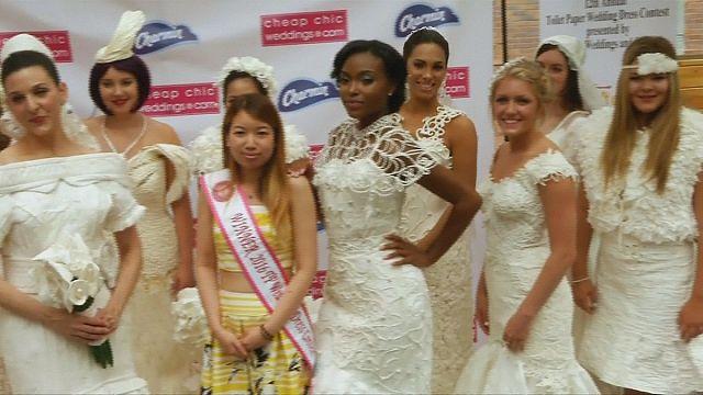 Von der Rolle: Hochzeitskleid aus Toilettenpapier