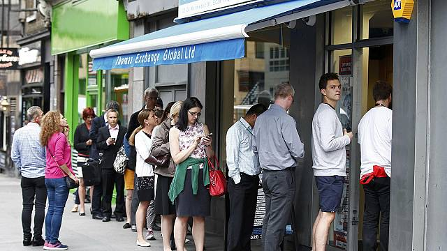 İngilizler Dolar ve Euro almak için sıraya girdi