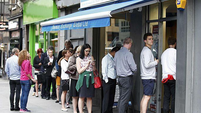 Brexit: sorok kígyóznak a pénzváltóknál
