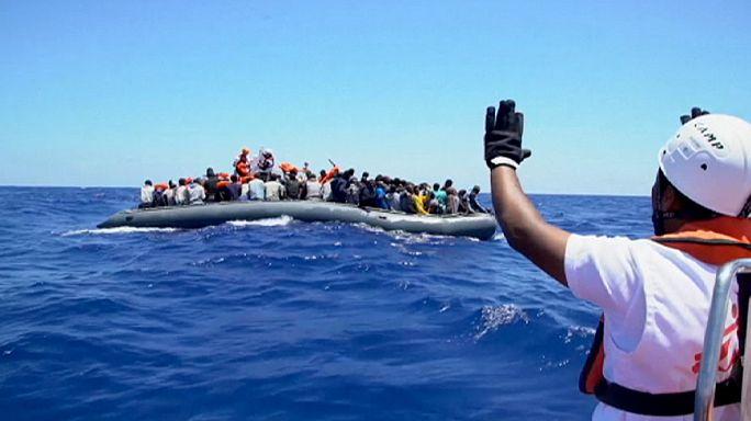 Emberek ezrei hánykolódnak a Földközi-tengeren