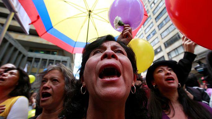 الكولمبيون يحتفلون بتوقيع اتفاق لانهاء النزاع مع فارك