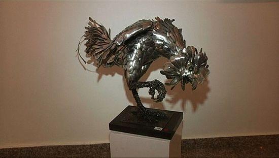 Un artiste nigérian fabrique des sulptures avec des cuillères de table en métal