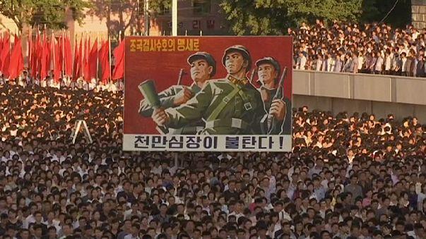 """Coreia do Norte: Milhares celebram o início """"do mês da luta contra os Estados Unidos"""""""