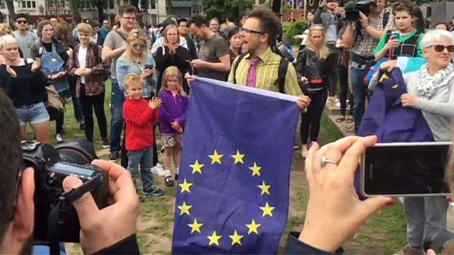 عريضة تطالب باستفتاء ثان يخص بقاء بريطانيا في الاتحاد الأوروبي أو مغادرته