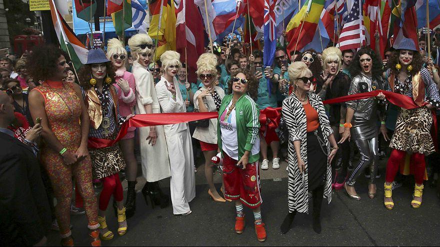 """Londres: """"Gay Pride"""" atrai milhares de pessoas"""