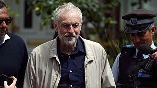 """'Brexit': Líder trabalhista """"fica"""" e desafia apelos à demissão"""