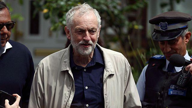 Отставки теневых министров не заставят лидера британских лейбористов уйти
