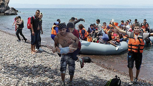 Μυτιλήνη: Πρόσφυγας κουβαλά στην πλάτη την τυφλή γυναίκα του και αγκαλιά το μωρό τους!