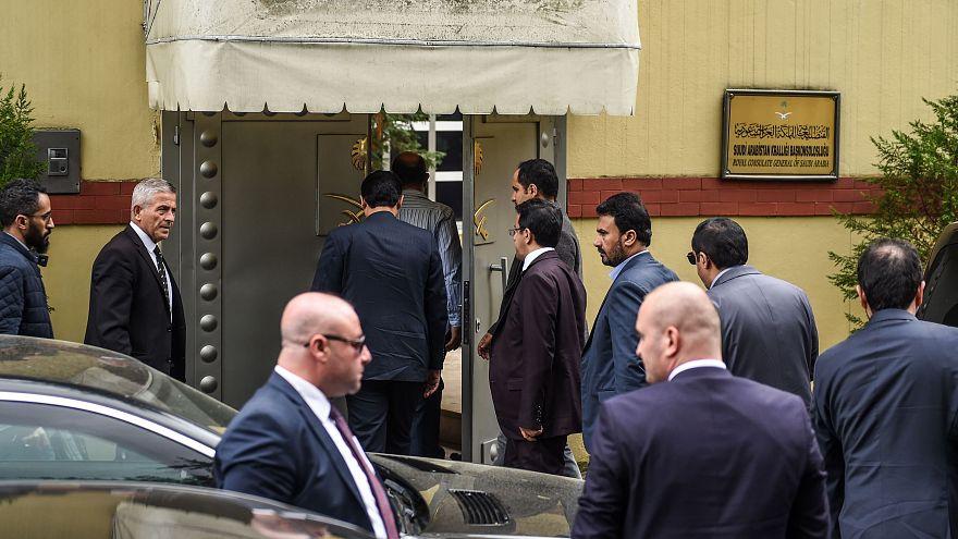 Image: Saudi officials arrive at Saudi Arabia's consulate in Istanbul on Tu