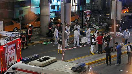 Atentado atribuído ao EI provoca dezenas de mortos no aeroporto de Istambul