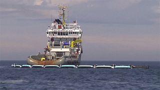 حواجزعائمة لجمع النفايات البلاستيكية في بحرالشمال