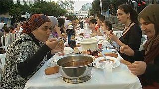 En Algérie, des bénévoles offrent des repas d'El Iftar dans les rues