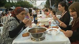 Algerian volunteers host street Ramadan iftar meal