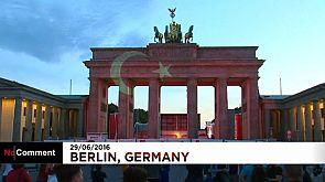 Berlin zeigt Solidarität: Brandenburger Tor strahlt in Farben der türkischen Flagge