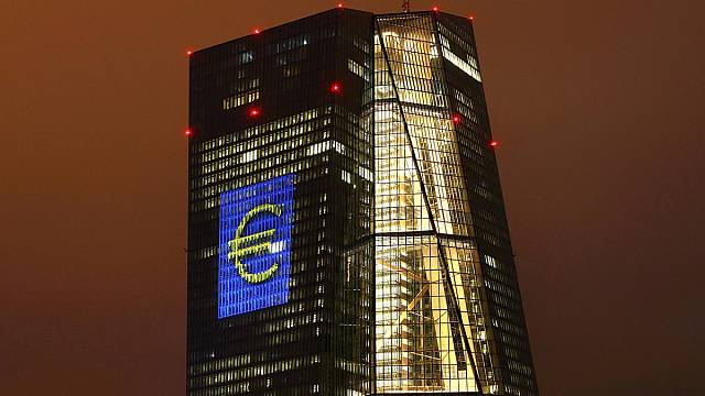 Euro Bölgesi'nde enflasyon ilk kez pozitif
