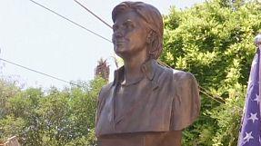 Albania: la statua di Hillary Clinton
