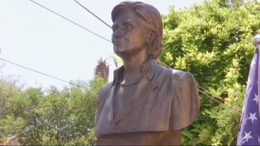 Erigen un busto de Hillary Clinton en una localidad de Albania