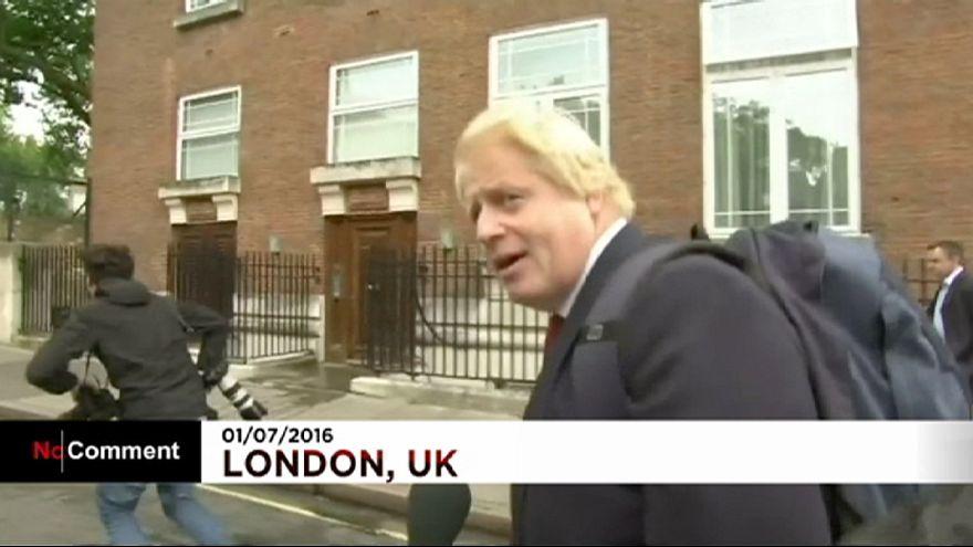 Boris Johnson sokakta soru yağmuruna tutuldu
