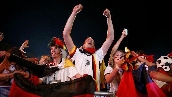 الالمان يحتفلون بصعود فريقهم إلى الدور قبل النهائي لبطولة اوروبا لكرة القدم