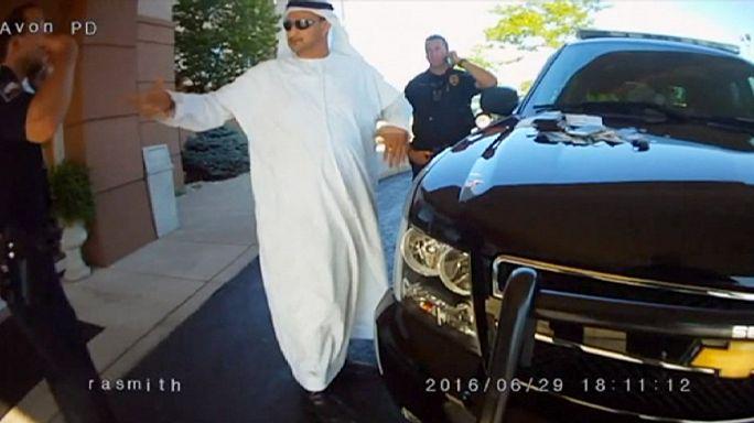 Földre teperték a ruhája miatt az emirátusi férfit