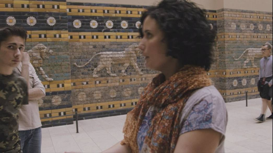 Egy szír menekült a berlini Pergamon Múzeum idegenvezetője