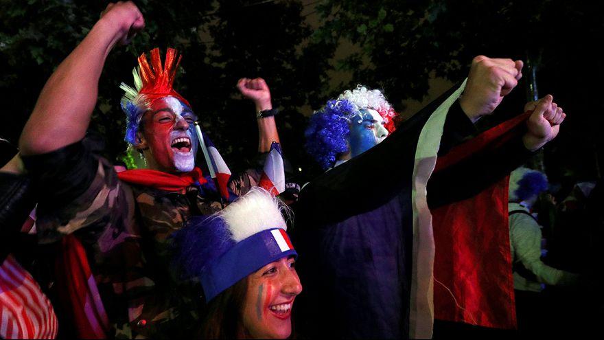 المشجعون الفرنسيون يفرحون بفوز منخب بلادهم على منتخب آيسلندا