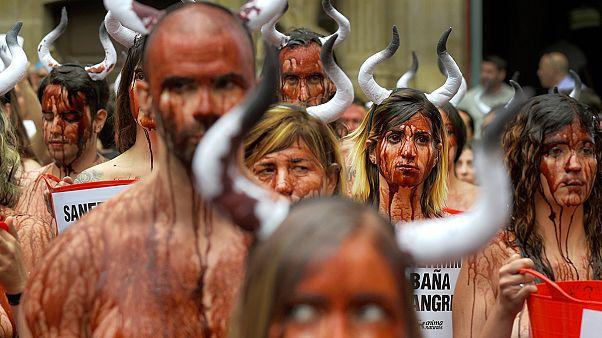 """Ativistas encenam """"banho de sangue"""" em defesa dos touros"""