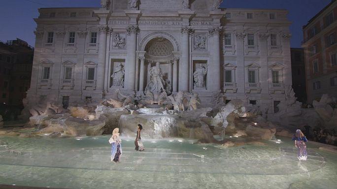 Vízen járó manökenek - a Trevi-kút medencéjében ünnepelt a Fendi