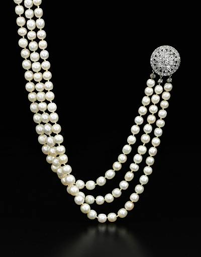 Necklace with 331 fine natural pearls.
