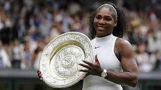 Serena Williams reçoit les félicitations de Graf et Djokovic