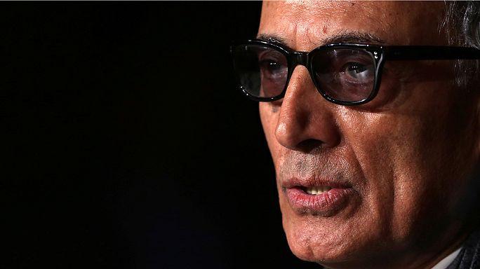 Miles de iraníes dan el último adiós al cineasta Abbas Kiarostami en Teherán