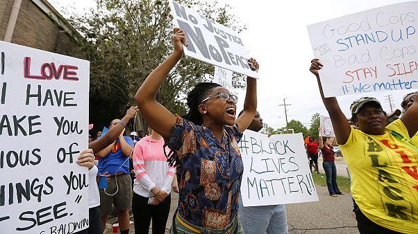 Kitartanak a rendőrök ellen tüntetők az Egyesült Államokban